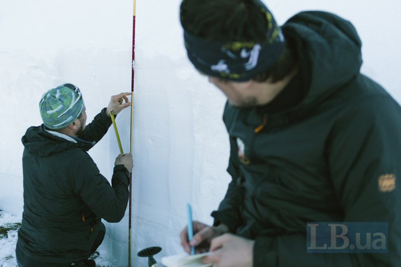 Капа вимірює ширину шарів снігу