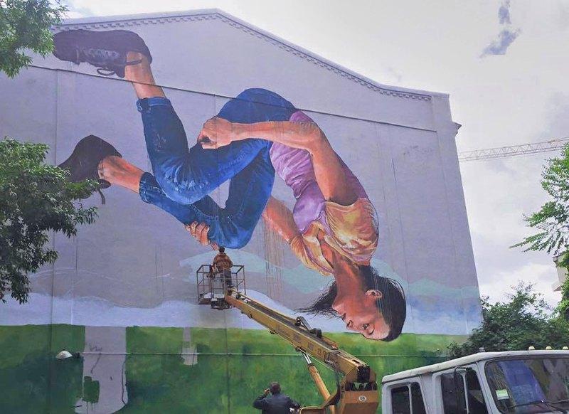 Мурал австралійського художника Фінтана Магі на вул. Стрілецький, що зображає Ганну Ризатдінову, українську чемпіонку світу з художньої гімнастики