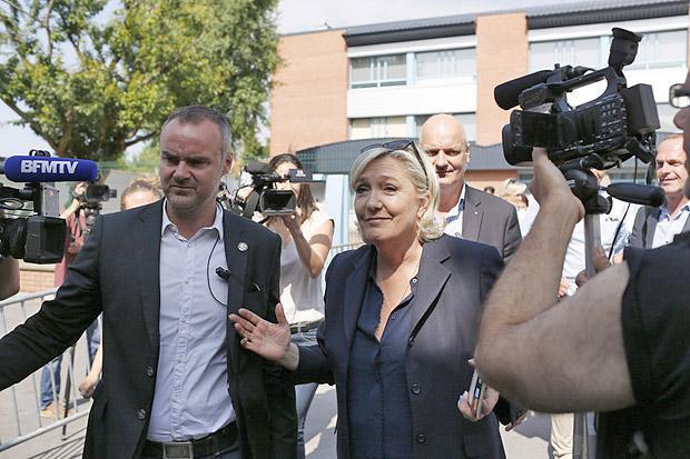Марин ле Пен общается с прессой после голосования, 18 июня 2017.