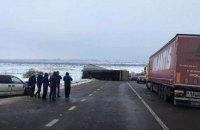 Через фуру, що перевернулася, частково перекрита міжнародна траса у Львівській області