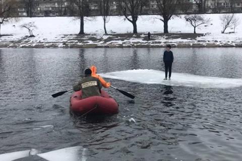 """На киевской Русановке спасли 12-летнего мальчика, который """"дрейфовал"""" на льдине"""