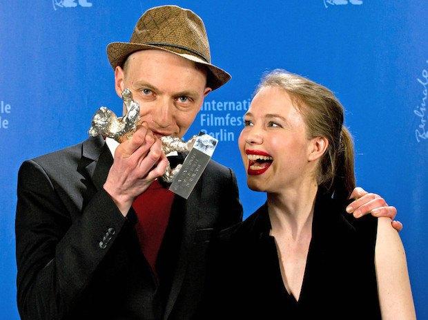 """Режиссер Дитрих Брюггеманн и его сестра Анна с призом за лучший сценарий - к фильму """"Крестный путь"""""""