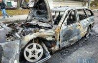 В Киеве Mercedes AMG врезался в остановку и загорелся