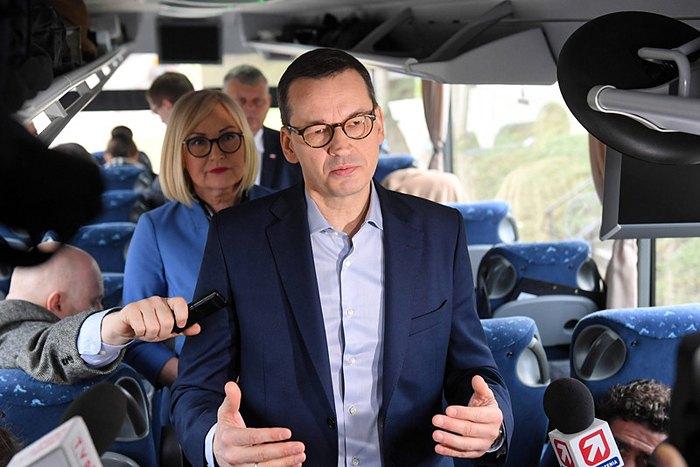 Прем'єр-міністр Польщі Матеуш Моравецький виступає перед журналістами на автобусі перед виїздом з Варшави, 18 лютого 2019 року.