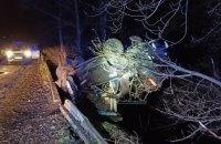 В Житомирской области автомобиль завис над пропастью, пассажир упал под мост
