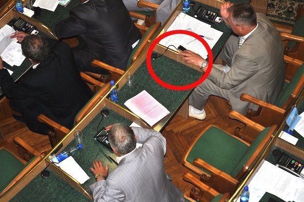 Володимир Марченко конфіскував на власний робочий стіл апарат для голосування свого сусіда