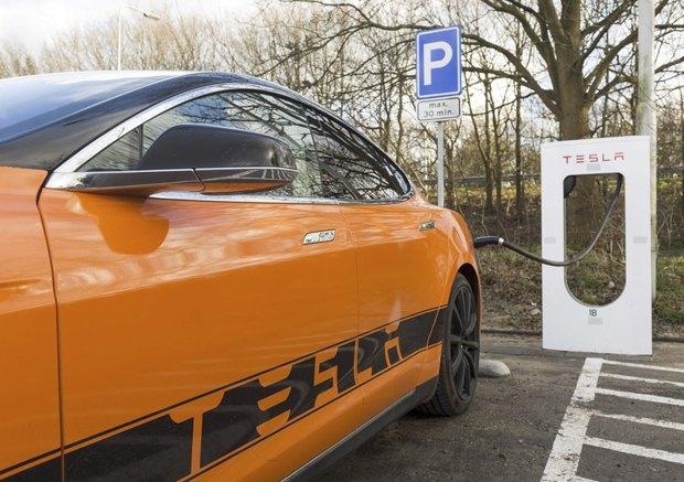 Электрокар Тесла на зарядке, Остерхаут, Нидерланды