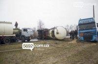 В Днепродзержинске на мосту перевернулся бензовоз