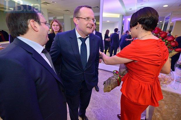 Денис Денисенко (в центре)