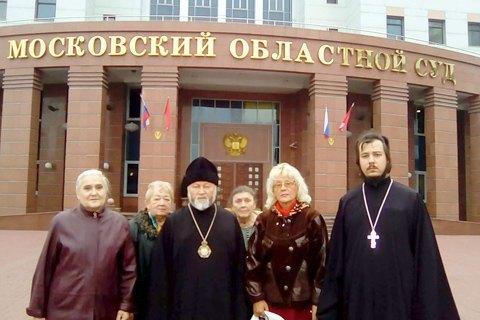 Митрополит Адриан Старина (в центре) и иеромонах Святослав Скороход с прихожанами