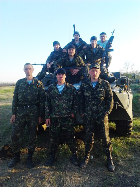 Экипаж БТР 4-й роты 95-й бригады (комвзвода Бабский - слева)