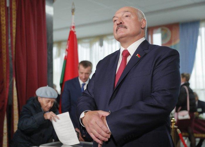 Лукашенко во время общения с прессой после голосования в день вы