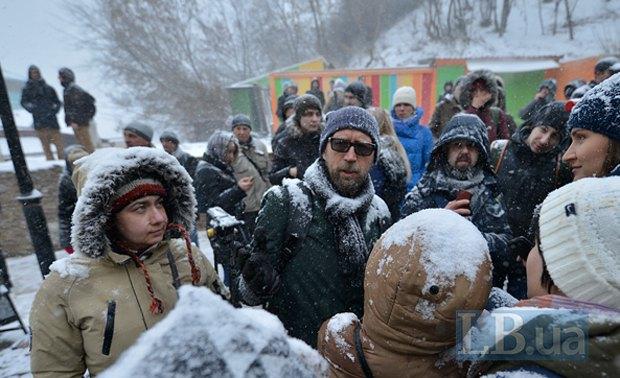 Архитектор Олег Дроздов (в темных очках) общается с митингующими