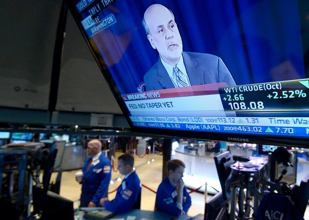 Бен Бернанке на экране Нью-Йоркской фондовой биржи
