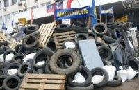 У Маріуполі сепаратисти обнесли мерію колючим дротом і збудували навколо неї двометрові барикади