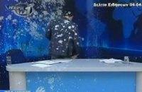 Греческого телеведущего забросали яйцами в прямом эфире