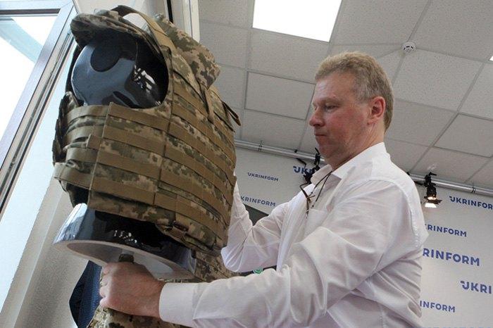 Юрій Євтушенко під час презентації зразків засобів індивідуального бронезахисту ВСУ.