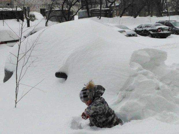 Единственные, кто не ноет из-за снега – дети. Они, кажется, счастливы