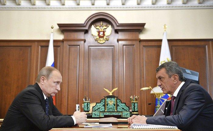 Президент России Владимир Путин и губернатор Севастополя Сергей Меняйло во время встречи в Кремле
