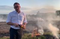Глава Львовской ОГА решил лично тушить горящий сухостой