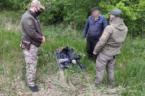 На Луганщине задержали двух мужчин с 2 тысячами рапир для фехтования
