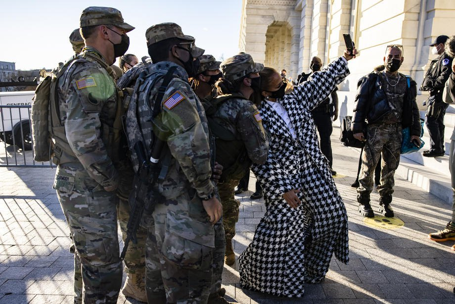 Дженнифер Лопес делает селфи с солдатами национальной гвардии Мэриленда возле Капитолия после репетиции церемонии инаугурации, Вашингтон, 19 января 2021.
