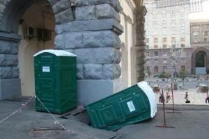 На Хрещатику туалет провалився під землю