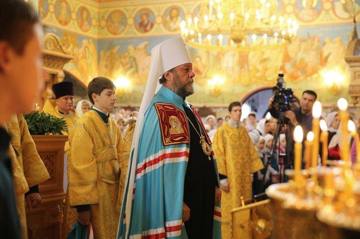 Глава Молдавской православной церкви Митрополит Владимир (в центре)
