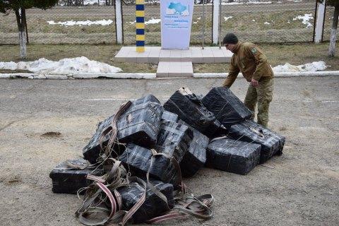 Через кордон з Румунією на ношах намагалися перенести 146 ящиків сигарет вартістю 2,5 млн грн