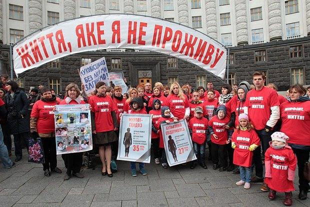 Митинг орфанников и их семей под кабмином