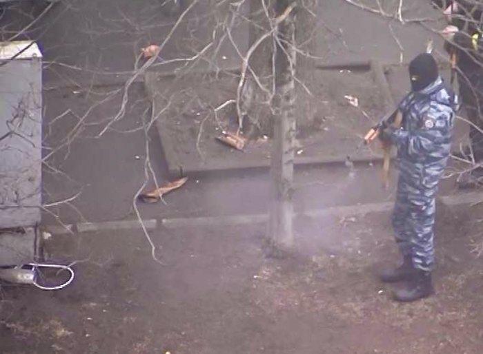Екс-заступник командира київського беркуту О. Янішевський стріляє з АК в майданівців біля Жовтневого.