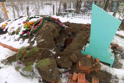 Полиция задержала вандала, который повредил могилу в Одесской области, чтобы украсть украшения
