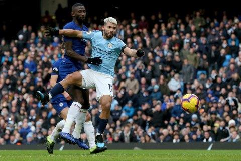 Английский рефери подшутил над Агуэро, спрятав мяч себе за спину под футболку