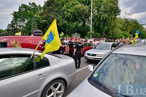 Автомобілі на іноземних номерах перекрили вулицю Грушевського біля Ради