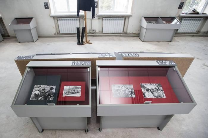 Экспонаты на выставке, фотографии из фондов музея и прядка