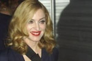 Фаны Мадонны час под ливнем прождали начала ее концерта в Питере