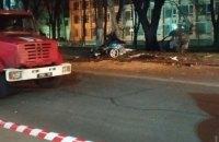 В Одессе BMW врезался в припаркованное авто и электроопору, а затем загорелся, два человека погибли