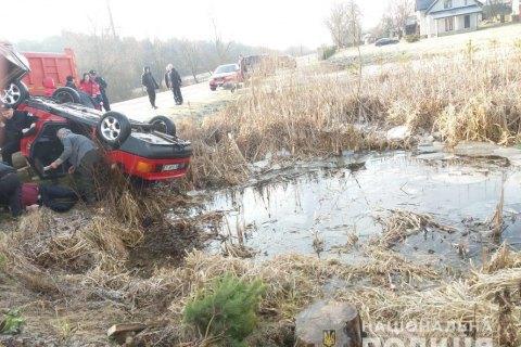 На Львівщині у водоймі виявили автомобіль із чотирма тілами