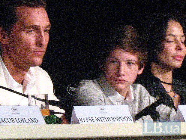 """Рядом с Мэтью Макконахи сидит исполнитель главной роли Тай Шеридан. Он уже второй год подряд в Каннах - в прошлом году молодой актер приезжал в составе команды фильма """"Древо жизни"""", где он сыграл героя Шона Пенна в детстве."""