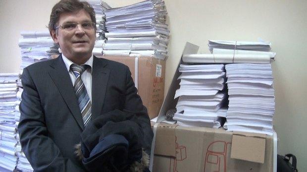 Виконавчий директор УГСЛП Аркадій Бущенко на тлі хмарочосів паперу
