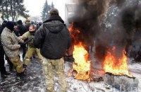 Возле Рады произошла драка из-за поджога покрышек