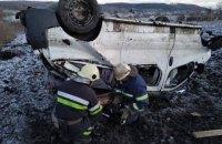 На трассе около Изюма перевернулся микроавтобус: один человек погиб, восемь травмированы