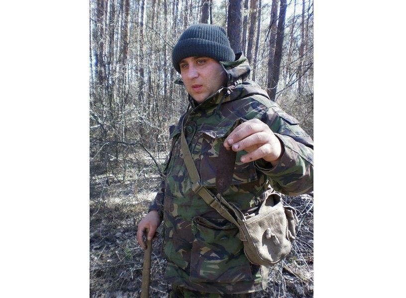 Сергей Гладков держит найденную чеку от гранаты