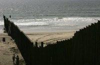 США продлят забор на границе с Мексикой подальше в Тихий океан