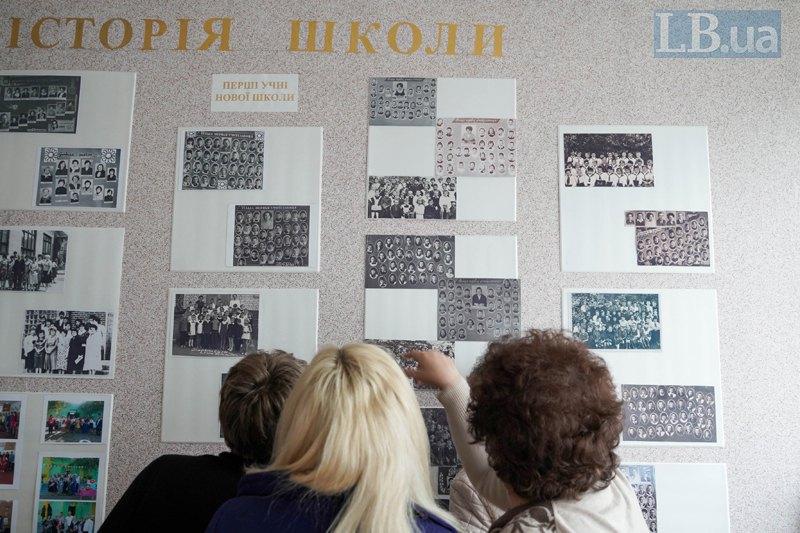 Учительки Тошківки показують свої фото на шкільній дошці