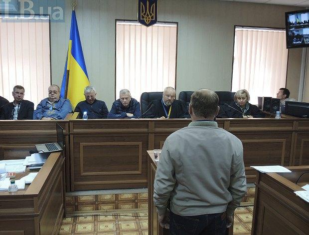 Отец Романа Вареницы во время заседания