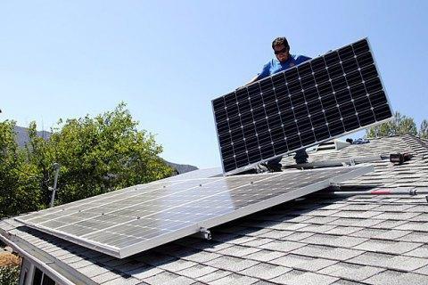 У 2017 році українці встановили в чотири рази більше сонячних батарей, - Гройсман