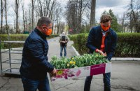 Посол Нидерландов подарил 600 горшков с тюльпанами двум киевским больницам