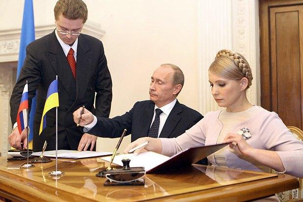 Премьер-министр Украины Юлия Тимошенко и премьер-министр России Владимир Путин подписали российско-украинское газовое соглашение в Ялте 19 ноября 2009 г.