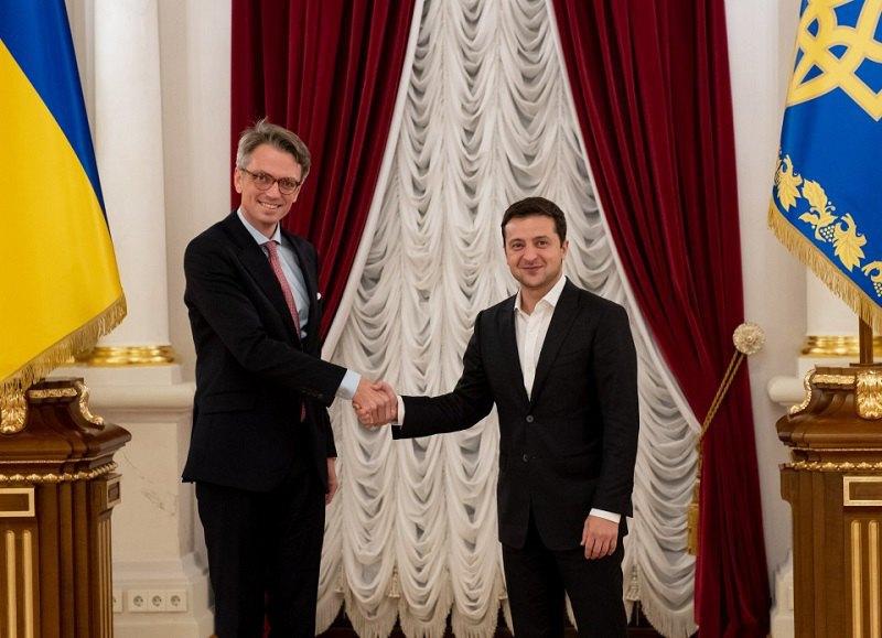 Владимир Зеленский и посол Швеции в Украине Тобиас Тиберг